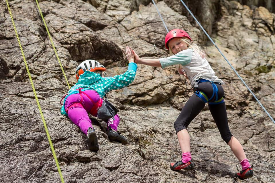 Sanne (10) og Esther (11) tar en «high five» for å psyke hverandre opp 20 meter oppe i veggen.