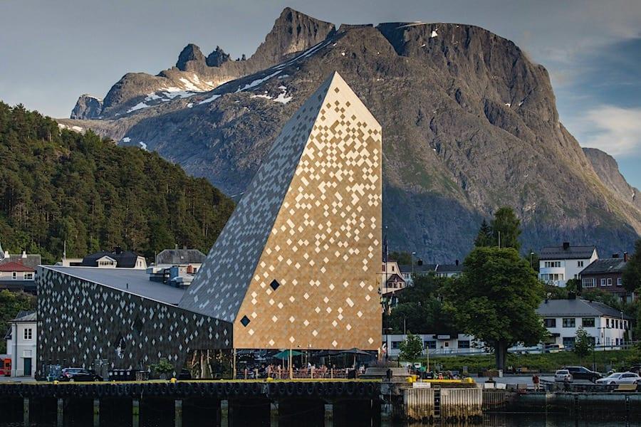 Norsk Tindesenter, beliggende på Åndalsnes i Romdalen. Trolltindene i bakgrunnen. Foto: Matti Bernitz