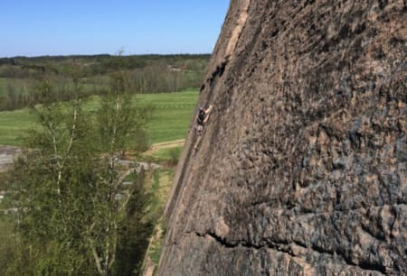 Deilig fjell: Joel Åhlander klatrer Kyrkråttan (4+) ved Brappersberget i Bohuslän.