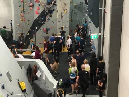 FULLE INNENDØRSVEGGER: Ja, det er faktisk flere som klatrer inne nå enn før. Er du usikker på hvordan du skal oppføre deg i mengden av klatrere? Jeg har noen tips nederst i saken. Foto: Audun Holmøy Røhrt.