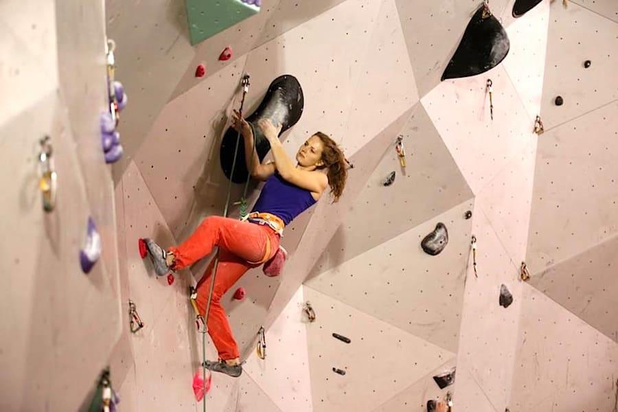 Tina Johnsen Hafsaas klatrer inn til NM-tittel under helgens norgesmesterskap. Foto: Anders Fjellheim