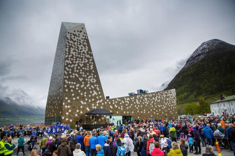 FOLKEFEST: Det var storstilt åpning av Norsk Tindesenter på fredag. Foto: www.terjeaamodt.com