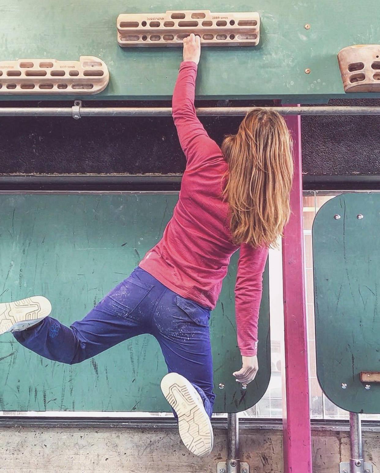 ENHÅNDSHENG: Tina Hafsaas hengende etter fingrene på en arm. Foto: Privat