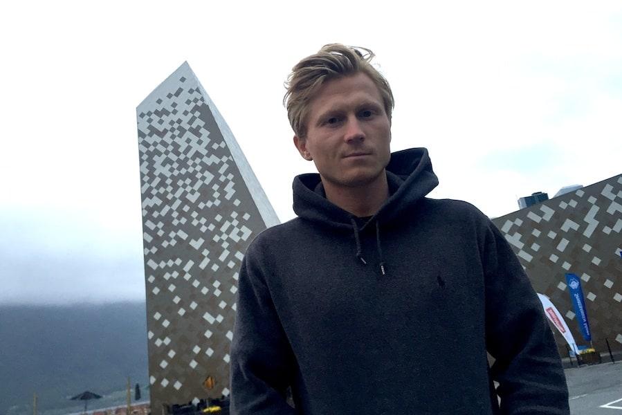 Magnus Midbø foran Norsk Tindesenter på Åndalsnes. Foto: Dag Hagen