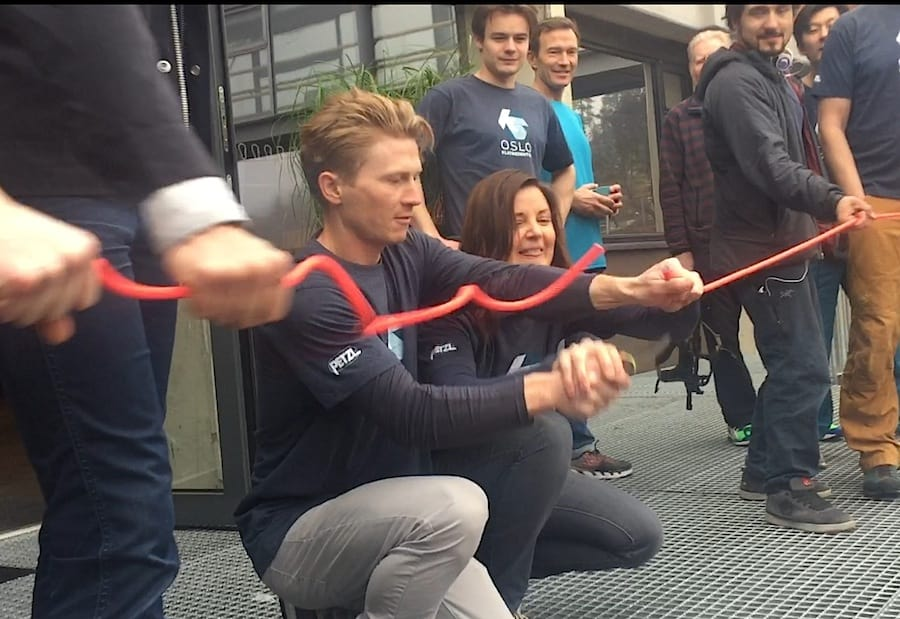 Medaksjonær Magnus Midtbø og daglig leder Marthe Stensrud klipper snora for åpning av Oslo Klatresenter.