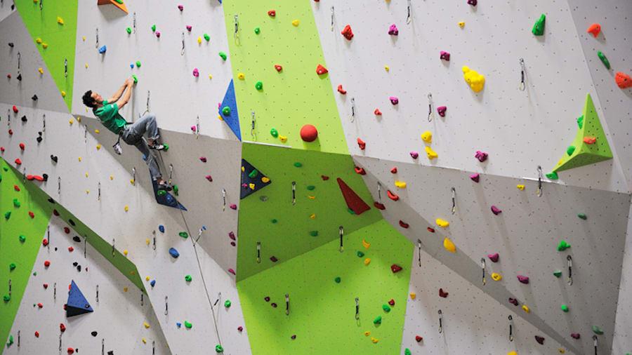 Innendørsklatring er en av de viktige tingene klatreklubbene ofte står for. Foto: DMM Climbing