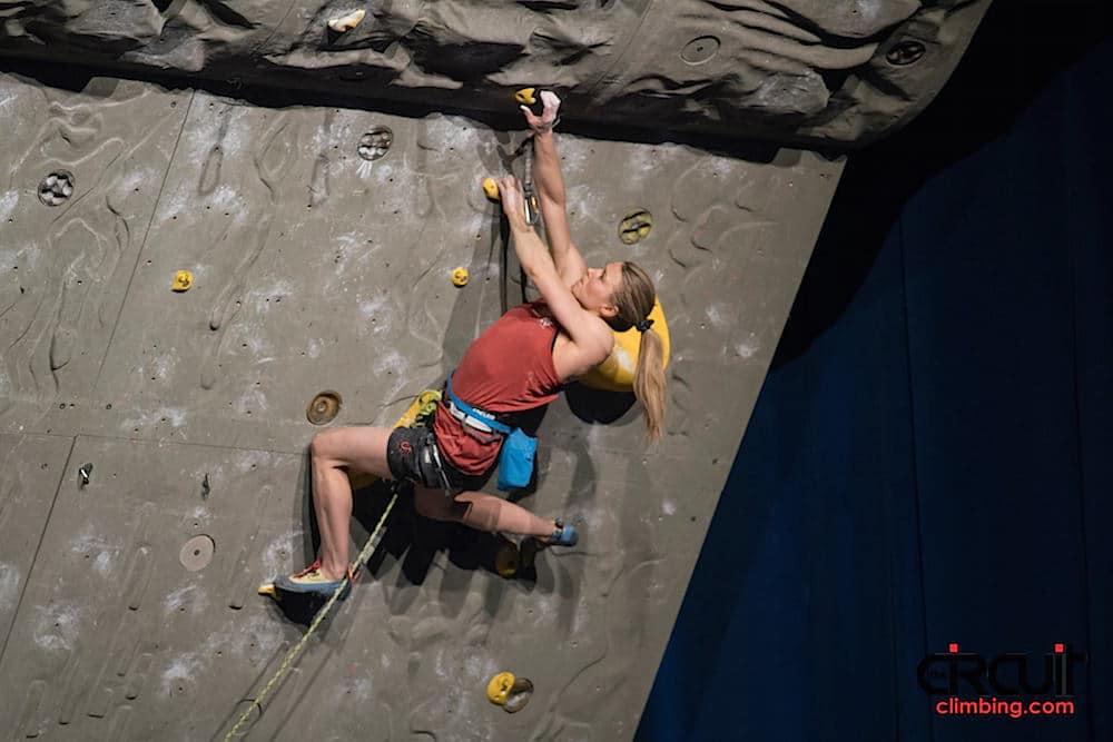 Hannah Midtbø i semifinale. Foto: Eddie Fowke ved The Circuit Climbing