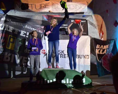 Damenes pall med Kajsa Rosén til venstre, Hannah Midtbø i midten og Anna Laitinen til høyre. Foto: DKclimbing