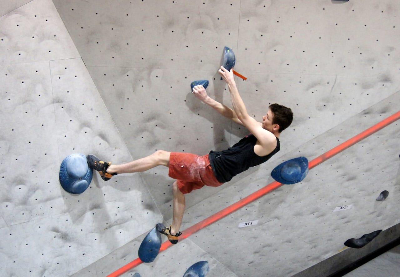 Albert Suthurst klatrer til topps i klassen youth B. Foto: Thor-Henrik Kvandahl