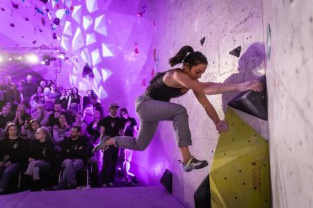 SHOW: Tyrili Klatring og Lillehammer Klatreklubb stod for et fantastisk show, i veggen ser vi Edel Lemvik i aksjon. Foto: Olav Kjeldstad Larsen