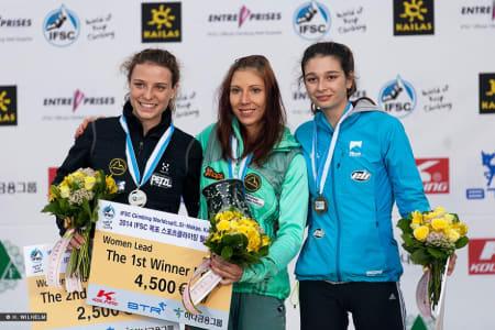 Det var ikke bare menn som konkurrerte. Her er vinneren Mina Markovic flankert av Anak Verhoeven og Hélène Janicot på hhv 2. og 3. plass.