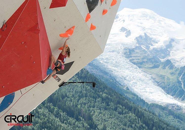 Tina Hafsaas høyt i dagens semifinale. Foto: Eddie Fowke ved The Circuit Climbing and Performance Magazine