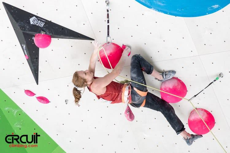 Tina Hafsaas klatrer semifinale. Foto: Eddie Fowke ved The Circuit Climbing and Performance Magazine