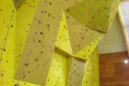 I denne klatreveggen skal det bli skrudd  10 - 15 lette ruter til konkurransen, med grader fra 4 – og kanskje en på 6. Foto: Grenland Klatreklubb