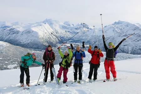 TOPP: Alle på toppeggen av Skarven. Fra venstre: Georgia, Marianne, Anne Kari, Siw, Urpu og Larissa. Foto: Bjørg
