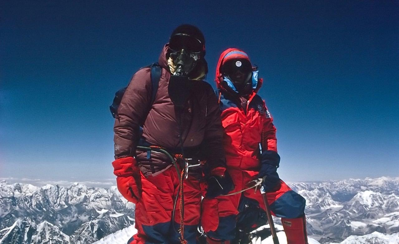 Chris Bonington til venstre og Ang Lhakpa på Everest i 1985.
