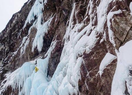 Mektige omgivelser på Fosslimonster (800 m, WI6+, M8). Foto: Philippe Batoux