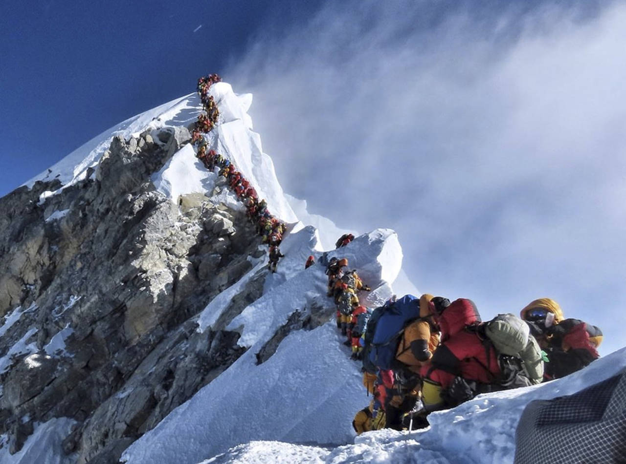 """VIRALT: """"Ja, dette bildet fra Everest er ekte"""" var ordene som akkompagnerte fotoet av køen på Hillary Step, som gikk verden rundt i forrige uke. Kort tid etterpå ble det kjent at 11 personer omkom på Everest. Foto: AP / Nirmal Purja"""
