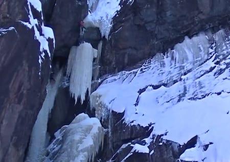 Her ser vi hele søyla falle, mens isklatreren blir hengende etter øksene. Hvordan han kom seg ut av den posisjonen vet vi ikke (enda). Foto: Skjermdump fra vimeo