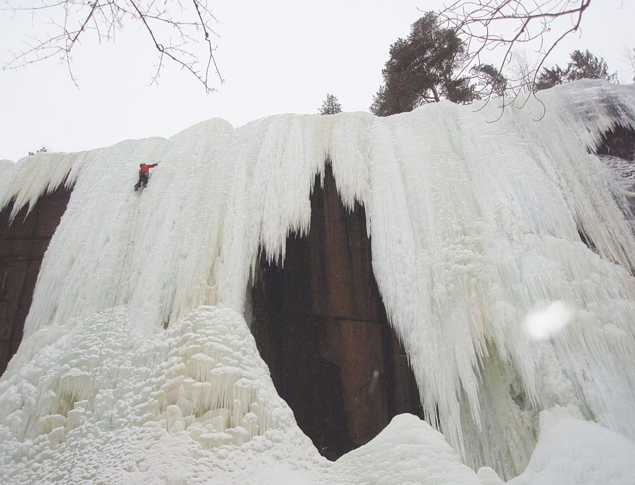 Kjetil Poulsson klatrer Heggedalsisen (WI 5). Foto: Lars Wegge