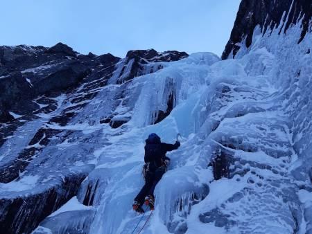 VAKKERT: Torgeir Holmslet klatrer på vestsiden av Dauersnosi. Foto: Even Fridèn Melhus