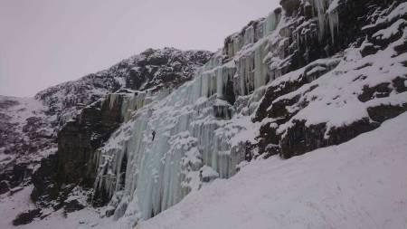 STEMMERDALEN: Klatrer fra Sogndal på en av linjene i Stemmerdalen, grad WI4+. Ruta ligger oppe til venstre på oversiktsbildet. Foto: Odd Magne Øgreid