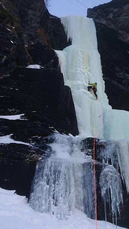 BOUNUS: Bonustaulengde (WI4+) på toppen av Vetlahagaskori i Stondalen. Klatrer er Stig Anton Hordvik. Foto: Odd Magne Øgreid
