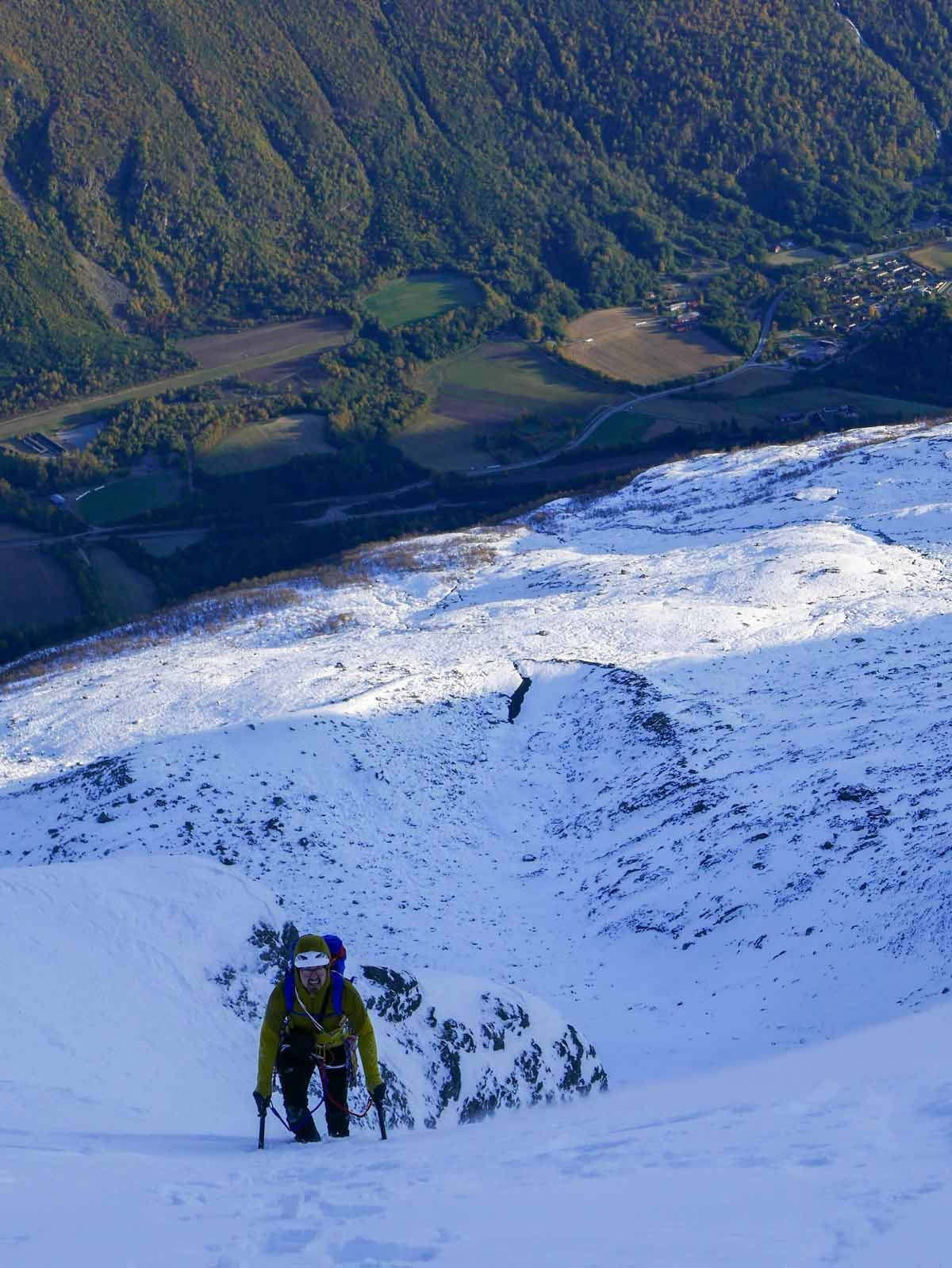 Selv om det er høst i dalen er det vinter i fjellet. Foto: Kjetil Grimsæth.