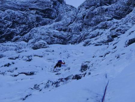 Nelson mellom første og andre isfelt. Over han kan man se originalruta fra 2011 (K.Grimsæth, J. Olofsson og J.Whilliams). Heldigvis har ikke den skume toppskavlen dannet seg enda. Foto: Kjetil Grimsæth.