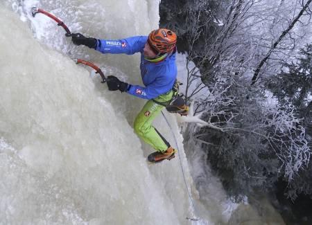 Erik Neergaard klatrer kunstig is på Gjerdrum. Foto: Eirik Moen