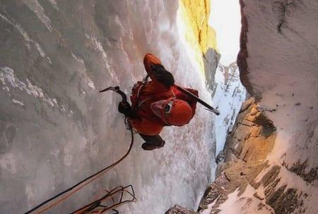Martin Skaar Olslund følger på Tomahawk (V C1 WI6, 450 m). Foto: Colin Haley, www.colinhaley.com