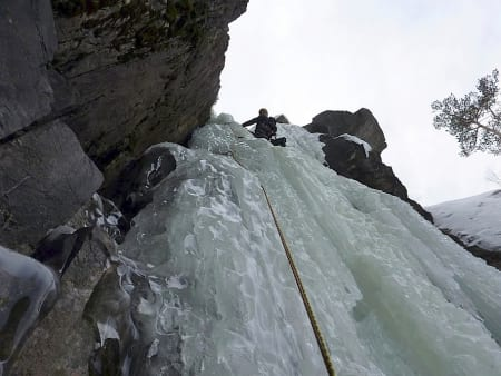 Dag Hagen leder den bratte topplengden på Sabotørfossen (WI 5). Foto: Erik Neergaard