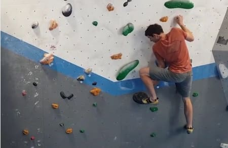 Alex Honnold går The Boulder Problem, som ble satt opp på inneveggen Vauxwall klatresenter i London. Det skulle borge for at det er en viss likhet med Freeriders crux.