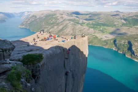 Til topps: Jon Egil Auestad og Øyvind Salvesen fullfører den fem taulengders lange ruta til topps på Preikestolen. Foto: Mari Augusta Salvesen