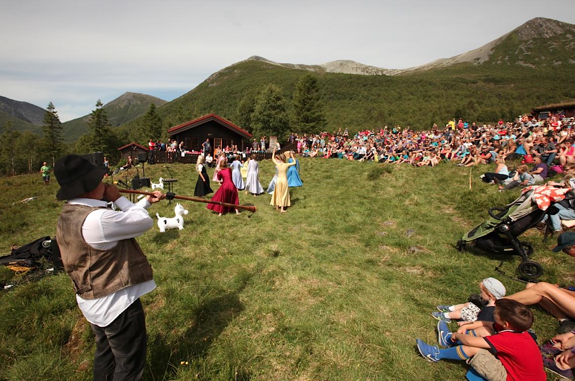 Trubadurer og dansere under åpningen av Norsk Fjellfestival 2016. Foto: Dag Hagen