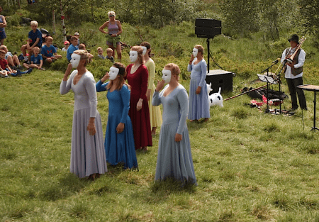 Maskerte dansere i fjellet. Foto: Dag Hagen
