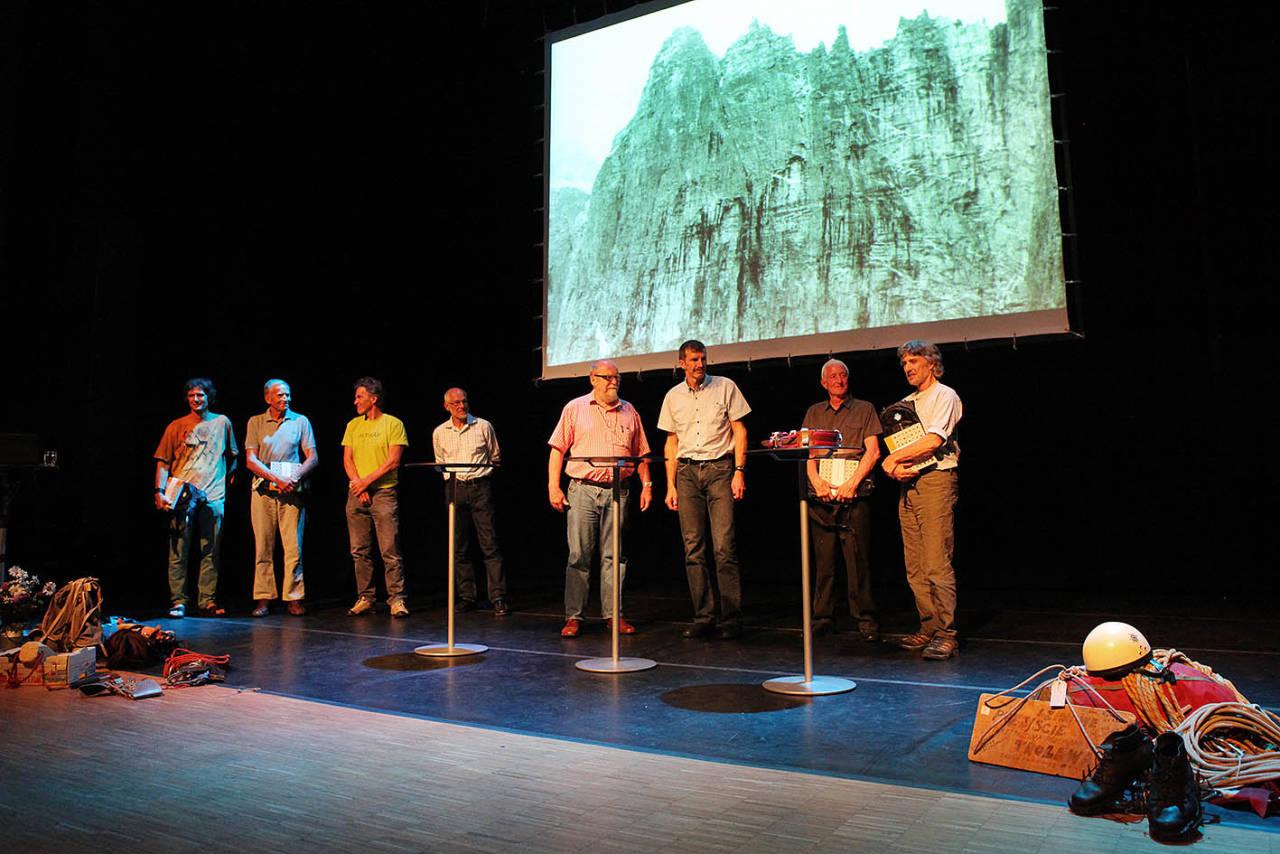 Helaften: Et godt knippe Trollvegg-helter samlet på scenen i Rauma Kulturhus. Foto: Matti Bernitz