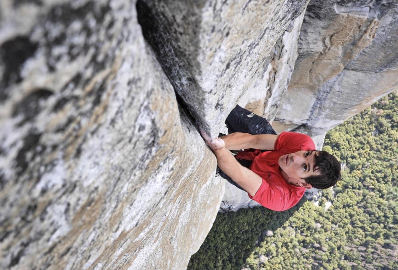 Alex Honnold frisoloerer El Capitan via ruta Freerider (8/8+). Skjermdump fra filmen Free Solo