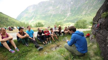 Naturlig kurs: Jarle Kalland har klinikk for bruk av naturlige sikringsmidler. Slik blir det også på Klatrefestivalen i Nissedal. Foto: Dag Hagen