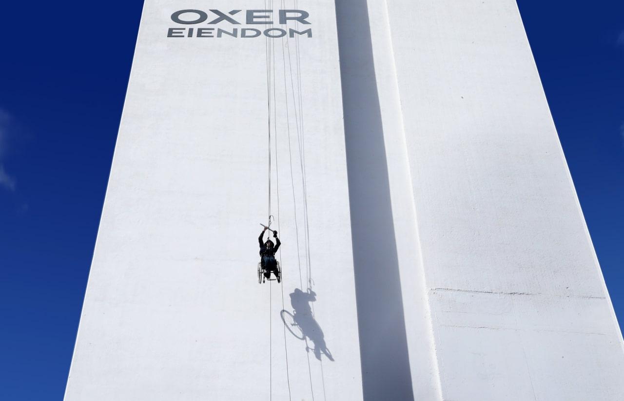 Harald Riise under sitt stunt på det 62 meter høye Oxer-tårnet i Oslo..