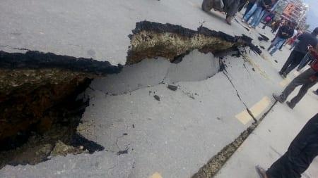 Slik ser en gate ut etter jordskjelvet i april 2015. Over 8000 ble drept og over 19 000 skadet. Foto: Wikipedia