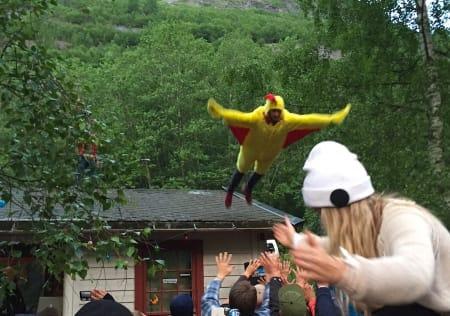 Den famøse kyllingen dukket opp også i år. Her fra sent lørdag kveld. Foto: Dag Hagen