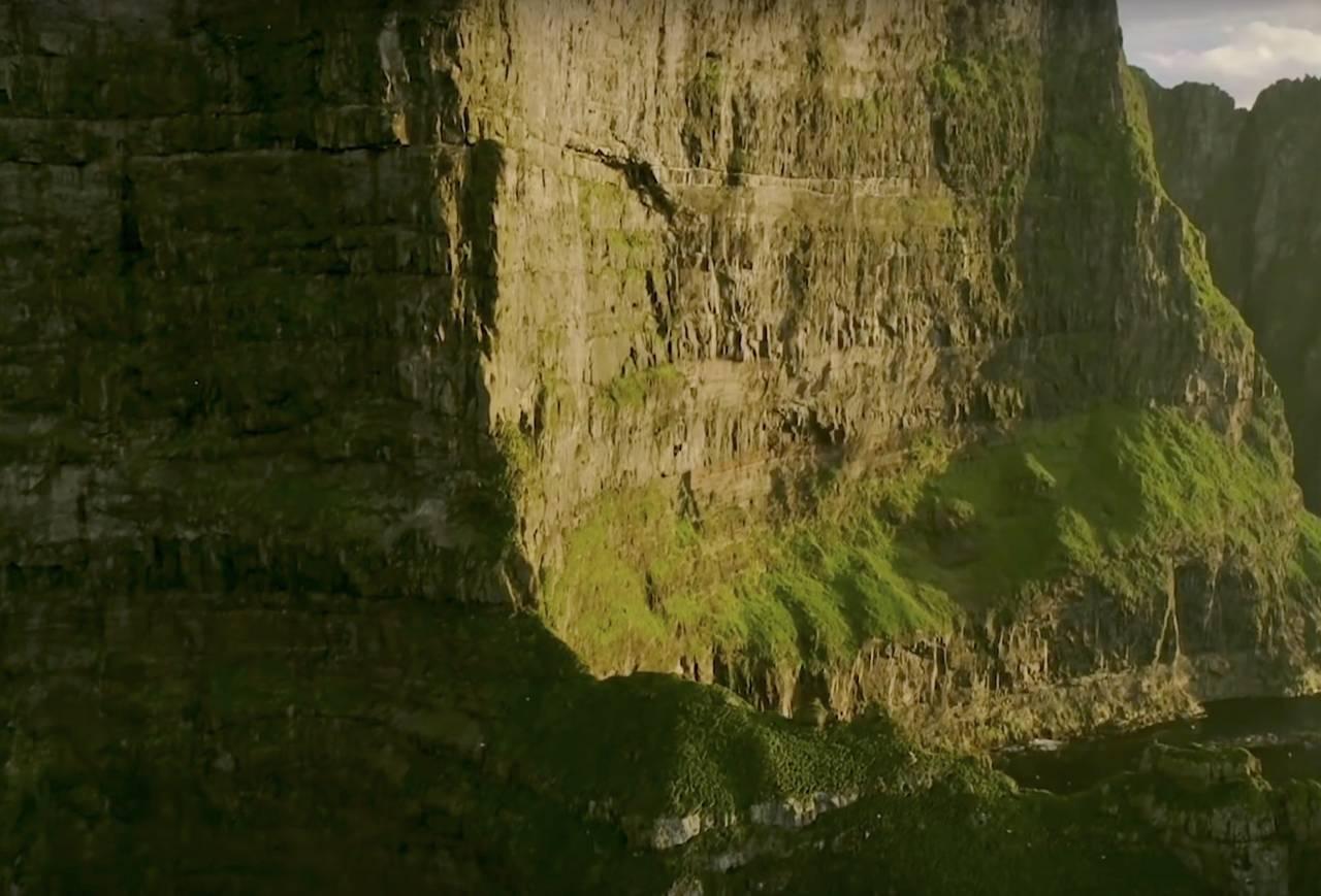 Verdens høyeste sjøklippe. Foto: Skjermdump fra filmen