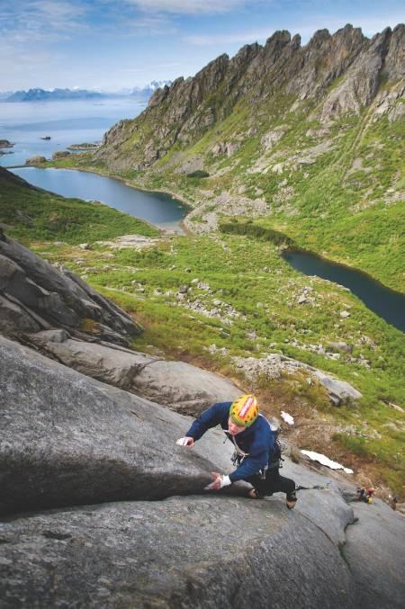 Djupfjorden: Utsikten fra Bare Blåbær er slettes ikke dårlig. Halstein Hoftun på 3. taulengden. Foto: Jonas Dahlstrup