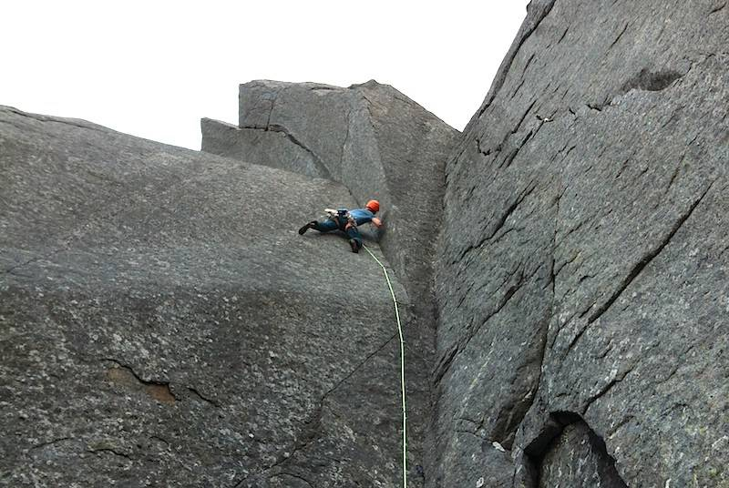 Teknisk klatring/fransk fri opp cruxtaulengden på Genus Locy (A2+, 9). Foto Torbjørn Solheim