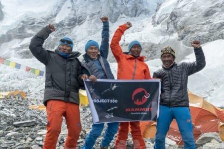 FØRSTE I VERDEN: Lakpa Sherpa (venstre) og Pemba Rinji Sherpa (andre til høyre) ble med støtte av Ang Kaji Sherpa og Kusang Sherpa de første i verden til å dokumentere hele den sørlige Mount Everest-ruten gjennom 360-graders panorama bilder og video. Foto: Mammut/Matthias Taugwalder