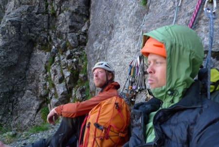 Sigurd Backe og Trym Atle Sæland hviler på bivi. Foto: Trym Atle Sæland