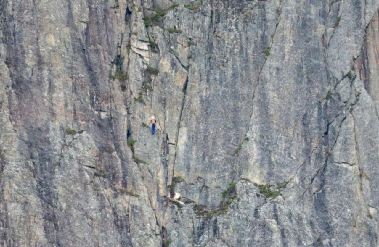 To polske klatrere på veg opp ei ny rute i den nedre delen av Catalonia-pillaren. Foto: Bjørn Magne Øverås