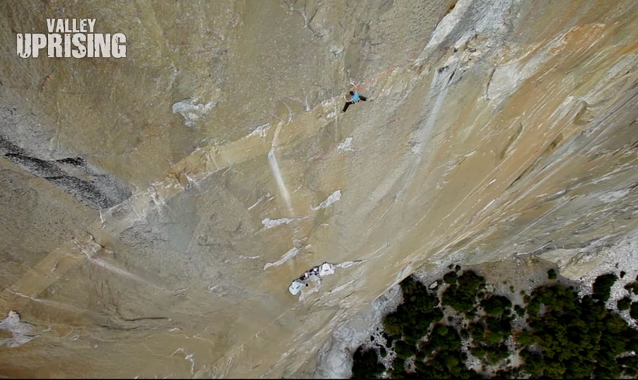 Tommy Caldwell på The Dawn wall (5.14.d). Skjermdump fra Youtube.
