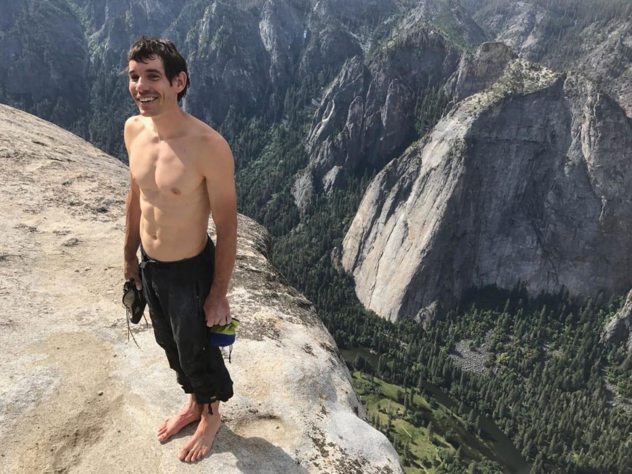 Alex Honnold på toppen av El Capitan, etter å ha klatret til topps – uten tau (!!). Foto: Jimmy Chin
